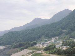 橋を渡ったところにある吾妻線の川原湯温泉駅。 https://yamba-kawarayu-noa.com/ 川原湯温泉あそびの基地NOAが8月にオープンしたようです。 湖面カヌーとかやってみたいです、カフェや温泉もあるようです。