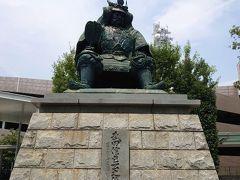 ランチを求めて甲府駅の方に移動し、駅横にある有料駐車場に止めました。駅前には、武田信玄公の銅像がありました。  駅から程近くに「甲府城跡」なんかもあったりするので、武田神社周辺、甲府駅周辺と見どころが多いですね!今度きた時にはじっくり観光したいです。真夏じゃない時期に…。甲府は盆地なので暑いんですよね(笑)