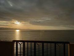 朝6時、お部屋のベランダから朝日が登るのをゆっくり眺めました。 とっても贅沢な時間です。 この後、展望風呂にいきました。
