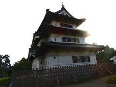 弘前城  弘前城は、弘前藩初代藩主・津軽為信により築城が計画された江戸時代のお城です。もっと大きいお城を想像していましたが、かわいい3階建てのお城。 地元、〇松城と変わらない(~_~;)  ここまで来たので、お城の中を見学します。 320円なり。