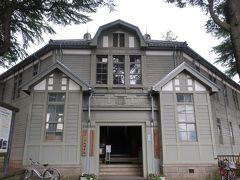まだ雨は降ってこないので チャリを飛ばしてあがたの森公園までやってきました。  旧松本高等学校本館の建物が美しい!
