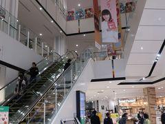 小雨が降ってきたのでイオンモール松本で雨宿り。 店舗も大きく、通路も広い、天井も高い! 平日の午後でもお客さんもいるし・・・  地方百貨店が太刀打ちできないのがわかります(*_*; でもボクはアンチイオン!百貨店を応援します!  と言いつつ・・・イオン株主ですが(>_<)