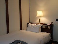 雨がやまないので濡れながら 今回のお宿「松本ホテル花月」に戻って ちょっとのんびりします。  今回は旧館のシングルです。 梁などがあって狭いながらも雰囲気のある部屋です。