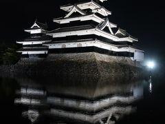 雨が降ってきちゃったので歩いて松本城へ。 ライトアップされて美しい。 この景色を独り占めできることに感謝です。