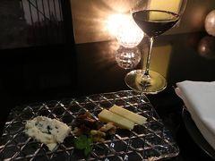 寝るには早いのでホテルで教えてもらった チーズBar「La Maison de Jo」へ。  店内は禁煙、通話禁止、撮影も禁止でしたが 料理とワインの撮影は許可してくれました。  赤ワインと貴腐ワイン、 それに合うオリジナル熟成チーズをいただきます。  マスターと松本出身でいまは長野市に住んでいるご夫妻との 会話で盛り上がりました。 楽しい時間と美味しいワイン&チーズに感謝です。
