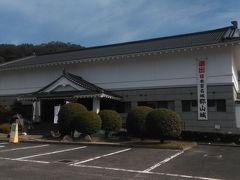 最初に登る郡山城の麓にある、安芸高田市歴史民俗博物館です。広い駐車場があります。ここから本丸跡まで歩くと45分ですが、もう少し車で行ったところにトイレ付きの駐車場と、そのもう一つ上に数台止められる駐車場があります。