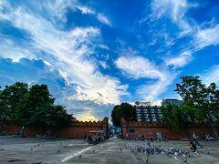 ◆広場 門の前は広場になっていて、鳩が沢山集まっていた。