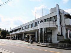 9:40 三ヶ木(津久井営業所)に着きました。(月夜野から40分)  ■神奈中バス・津久井営業所 当地区のバス路線網の拠点となっており、待合室や売店、自動販売機、定期券販売所などの旅客サービス施設も整っているため、三ケ木バスターミナルと呼ばれることもあります。乗り場は3箇所、降車は1箇所となっています。2階は事務所と乗務員休憩室となっています。  主な運行区間は、相模湖・津久井湖・宮ケ瀬ダム周辺と橋本駅(JR横浜線)を結ぶ路線(幹線)および東京都町田市の路線を担当しています。