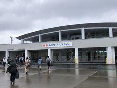 タラップを降りて、歩いて利尻空港のターミナルビルへ。