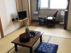 13:45頃、本日の部屋へ。6畳和室とテーブル・チェアの土間のあるこじんまりとした造りになっている。