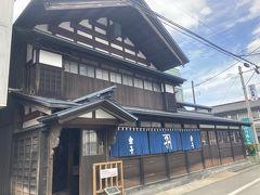 ねぶり館の隣にある旧金子住宅も見学します。  金子家は、江戸時代後期に質屋・古着商を開き、明治初期に呉服・太物(綿織物・麻織物)卸商を創業。昭和57年まで、この建物で商売が営まれていたそうです。  現在は、秋田市指定有形文化財になっています。