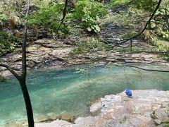 約400段の階段を降りると皆瀬川の上流の透き通った川が見えて来ます。
