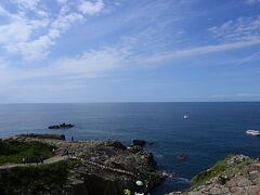 遊覧船は海が穏やかな日は、岩場を下に降りたところが船着き場になります。階段には手摺りもあり安全です。約30分の遊覧で1500円です。