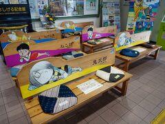 鬼太郎や猫娘、目玉おやじが車内放送をする列車は、終点の境港駅に10時17分に到着した。 改札を出ると、待合室の椅子にも鬼太郎たちが描かれていた。