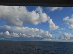 フェリーは静かに礼文島の香深(カフカ)港へ走ります。 稚内から香深港までは約1時間50分の船旅です。 海も静かで大きな揺れもなく風もさわやかでしたので 快適な船旅を楽しむことができました。 しかしガイドさんの説明では昨日は風が強く波も高かった ので観光客が乗船していない夜のフェリー便は欠航したと 言っていました。 秋の天気は変わりやすいのが難点です。