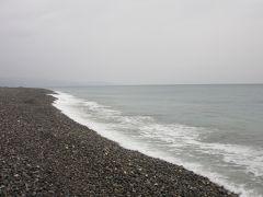 松林を抜けて「七里御浜井田海岸」に来てみました 「砂浜」と言うよりは「砂利浜」と言う感じです そして遠浅の反対は何て言うんでしたっけ?水深は急速に深くなっている様です