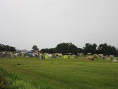「潮岬観光タワー」の直ぐ隣には「潮岬望楼の芝キャンプ場」があります  キャンプサイトが芝地芝地ですし。天気さえよければ水平線からの朝日や夕日が楽しめそうな好立地にあるキャンプ場で非常に魅力的です。  連休なので多くのテントが有り皆様キャンプを楽しんでいる様です。 生憎の雨ですが、この程度の雨ならば開き直ればそれまた楽しです  但し本州の突端しかも高台にあるキャンプ場なので風が強い時も多いと思います。潮岬は台風銀座でもあるので、風には注意が必要だと思います