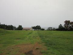 潮岬観光タワーの南側に広がる芝生広場を進みます 結構な降雨で残念な天候となってしまいましたが、それでも芝生広場は気持ちが良いです。芝生広場には「潮風の休憩所」があります。  本州最南端の休憩所です(笑)