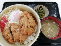 昼食はフードコートで。 長野県の山賊焼きが好きな夫は、山賊温玉丼890円を注文。 ごはんたっぷりで、1品で満足できる量だったようです。