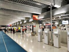 久しぶりの飛行機。LCCなので第三ターミナルで。通常より人は少ないけど思ったよりいる感じ。若者が多い感。