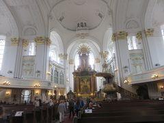 白くて明るい装飾が美しいバロック様式の教会で  少し休憩です