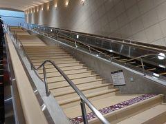 美術館のチケットは、自宅でネット購入していたので、すぐ入れました。 長ーいエスカレータを上ると、そこは地下3階です。 大塚国際美術館は、丘を削って建設されているので正面玄関が地下4階になるようです。 地下4階といっても、体感的には地下7階くらい?