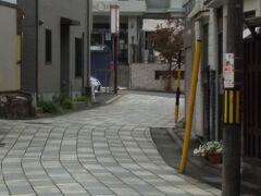 「旧中仙道から見たオルゴール記念館」11:03通過。 和の街並みから除いた洋風建物。