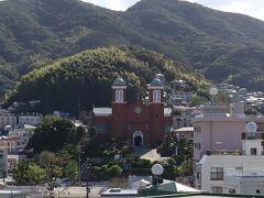 山の麓にある 茶色い建物が浦上天主堂