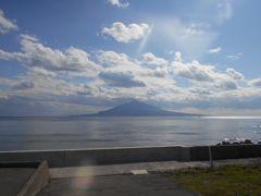 """バスは""""岬めぐり""""のように走り続けます。 海沿いの道路から利尻富士が美しく海の上に 聳えているのが見えます。 午后はあの利尻島にフェリーで渡ります。"""