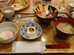7:00  レストランに朝食を食べに行きました。昨日と同じ海鮮丼を貰ってきています。