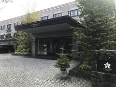 軽井沢駅で送迎バスを降りたら、散歩もかねて歩いて本日のお宿の旧軽井沢KIKYOキュリオ・コレクションbyヒルトンへ。