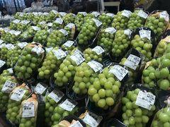 軽井沢といえば、MUST GOな場所。 そこは私的にはツルヤさん。  フルーツに野菜、全てがおいしそう。 全部買って帰りたい。