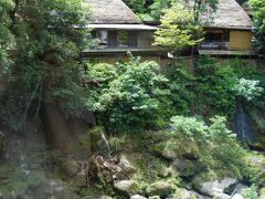 近くにある石原荘と双璧の雅叙苑