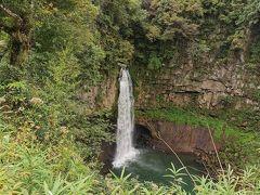 落差約40mの断崖絶壁を一気に流れ落ちる豪快な滝で、下城大イチョウのすぐ側から見ることができます。滝周辺は遊歩道として整備されており、展望所からは滝を上からのぞくことができます。