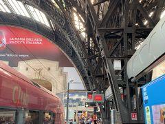 トリノから約1時間で【ミラノ中央駅】に到着ですー。この駅は前に何度も来ていますが、今回は残念ながら通過しますヨー。でも、せっかく来たので、ホームにだけ降りてみましたー('ヮ' )