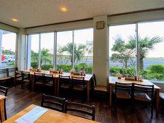 鹿児島空港で乗り継ぎ時間が約2時間の予定から約1時間に短縮されてしまったので 夕食は、「エアポート屋久島」屋久島空港内のレストランで頂きます。  券売機で食券を買って カウンターに出してから席で出来上がるのを待ちます。