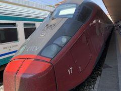 これまでの『夏のバカンスはイタリアで!』は------- トリノ~フィレンツェへ向かっているPottyと相棒のBMO。前回までのトリノ編は終わりを告げ、今回からはフィレンツェ編に突入するのでしたー('ヮ' ) 写真はトリノの駅に停車中のItaloの特急ですー。 真っ赤な車体で他の列車より3倍は速そうですネー('ヮ' )