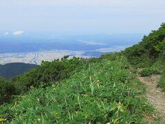 稜線に出ると一気に視界が開ける 山登りの魅力の一つ