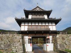 そしてやって来たのは金石城跡。 金石城とは中世末(16世紀くらい)から近世にかけて宗氏の居館が置かれた城。 昨日万松院に行く途中に見かけてちょっと気になっていた場所。 ホテルからもすぐ近くだけどツアーの予定には組み込まれていないので行くチャンスがあるとすれば今しかない! 当然ながらこの門は復元されたもの。