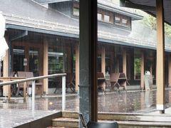 ベーカリー沢村は 日曜は7:00オープンと聞いていたのですが、 実際にはこの日は7:30オープンだったみたいで 雨の中30分、開店まで待ったそうです。 (うわ~、、ごめんよ旦那くん!) この後、ホテルの部屋内で テラスを見ながら朝ごパンを頂きました。