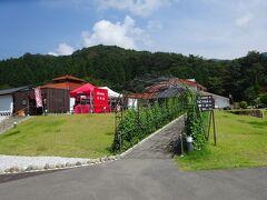 13時40分、「道の駅 願成就温泉」に到着。山口県の道の駅ですが、島根県との県境までは1kmもなく、津和野町(島根県)の中心からも5~6kmです。恥ずかしいですが私は、数年前までは津和野は山口県と思っていました。  道の駅は、日帰り温泉と一般的な道の駅からなっていてその間に無料の足湯があります。なおここは、平成30年4月にリニューアルオープンしたため全てが綺麗でした。