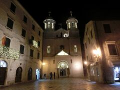 町中の教会(聖二コラ教会)。中では新年のミサが行われていました。