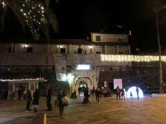 夜の旧市街入り口。左側の方にキヨスクがあります。