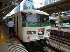 東京駅9時発、踊り子3号伊豆急下田/修善寺行き。 在来線特急としては最長でしょうか、15両編成で運行し、熱海で下田と修善寺方面へと分かれます。  最近、スーパービュー踊り子が廃止になってサフィール踊り子号へと進化し、従来の踊り子号も新型車両に順次取って代わられていっています。  この185系電車はかなりのご長寿列車ですね。首都圏で未だに走り続けている国鉄車両はこれくらいではないでしょうか。僕が子供の頃から見ると多くの車両が廃止、そして新しい車両が誕生し続けましたが、この車両はなお現役です。