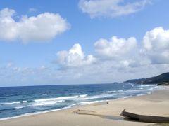 うっそー!! 30分ほどの走行中、見る見る間にお天気が回復   【琴引浜】 全長1.8kmの「鳴砂(なきすな)」の浜として有名なビーチ  鳴砂はタバコの灰が混入すると鳴かなくなるので浜辺での喫煙は禁止! 地域全体で環境保全に力を入れ、世界初の禁煙ビーチなんだって