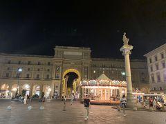 【レプブリカ広場】までやって来ましたー('ヮ' ) 広場を囲む建物には、有名なカフェやApple store、デパートの【Rinascente】などが入っていますヨー。