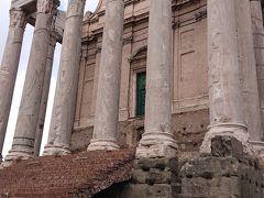 アントニヌスピウスとファウスティーナ神殿  アントニヌス・ピウス帝が妻のファウスティーナを 偶み141年ごろに建設された神殿です。