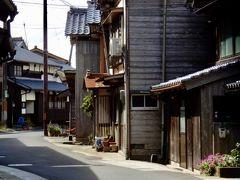 海辺に立つ舟屋、道路を挟んで山側にある母屋が向かい合って立つ    伊根の町並みはこの2つで1セット