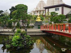 ●川崎大師  赤い橋は、やすやぎ橋。 その奥には、金色に輝く釈迦如来像。 その奥には、インドの建物を連想させるような薬師堂。