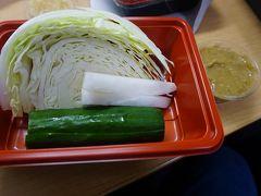 ●コンフォートホテル成田@京成成田駅界隈  スパから帰って、相方と部屋で食事にしました。 コロナ禍なので、外食は避けました。 京成成田駅の東口にあった、山内農場さん。 一部限定でしたが、持ち帰り半額というメニューがあったので、試してみました。 野菜盛。定価@411なり。この値段から半額。